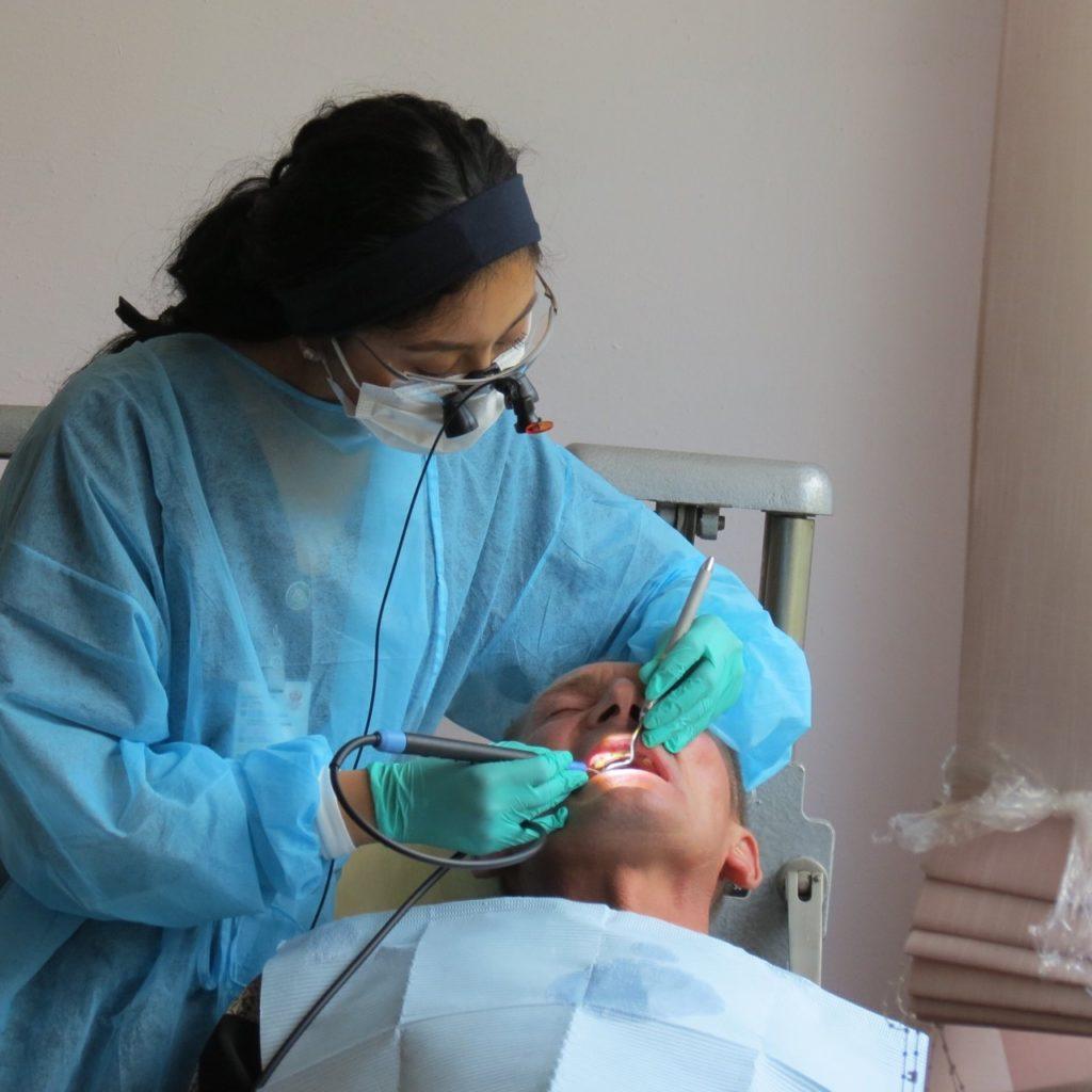 Американські стоматологи безкоштовно надали 600 стоматологічних послуг мешканцям Збаража