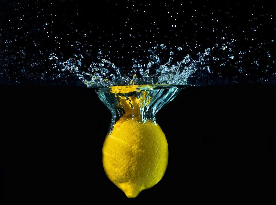 Навіщо пити зранку лимонну воду